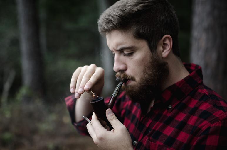 muž s dýmkou
