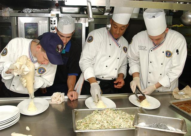 muži kuchaři vytváří kulinářské jídlo