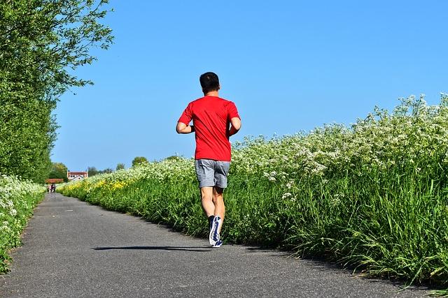 muž, který běží podél pole