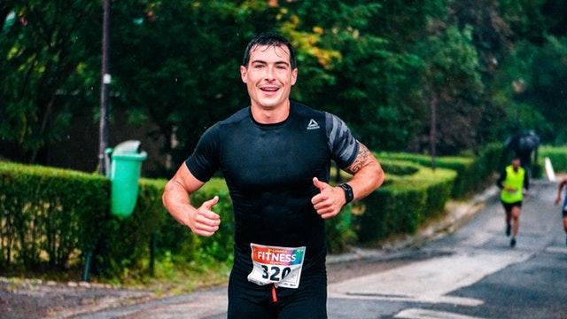 muž, který je veselý, zpocený a nevdává maraton