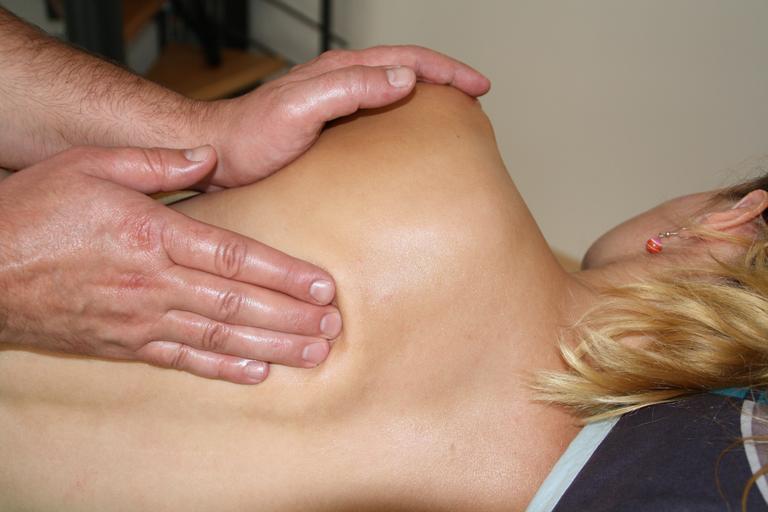 masér masíruje ženu