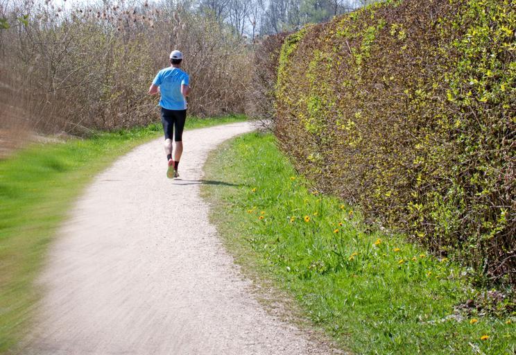 muž běží v přírodě