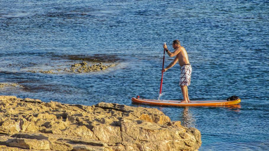 muž na paddleboardu