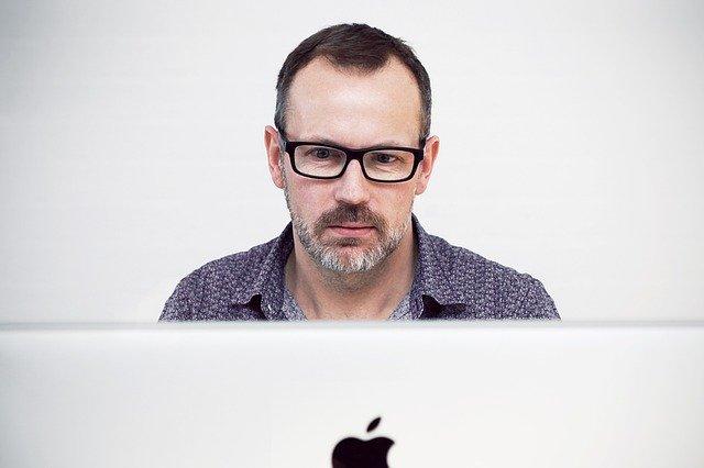 úspěšný muž za počítačem