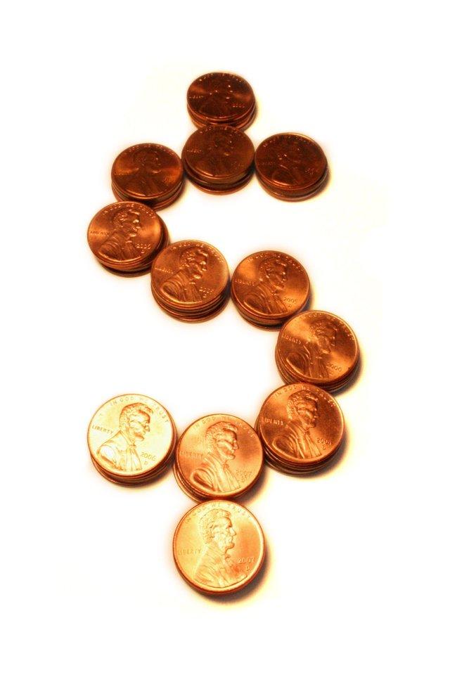 symbol amerického dolaru sestavený z mincí