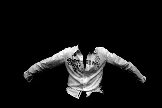 vznášející se bílá košile v černém prostoru