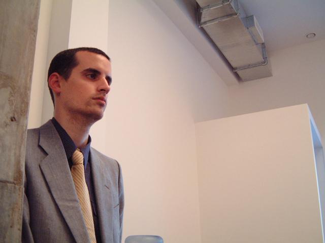 kolega James nakukujíc do kanceláře