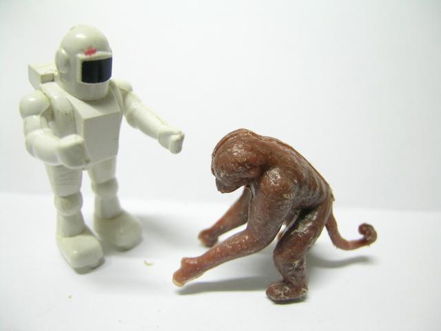 kontakt opice a robota s panáčky