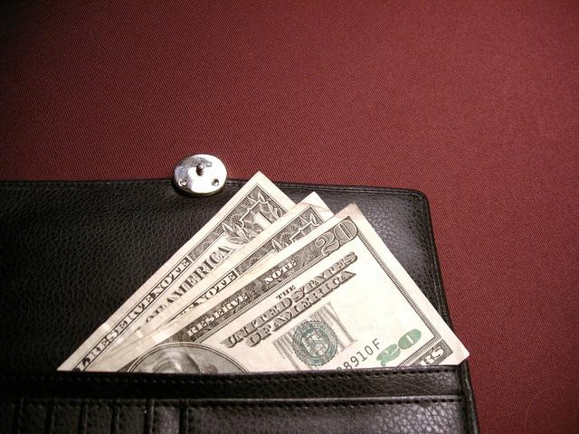 peníze v černé peněžence