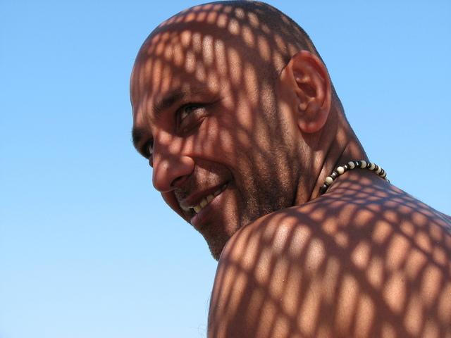 holohlavý muž ve stínů sítě