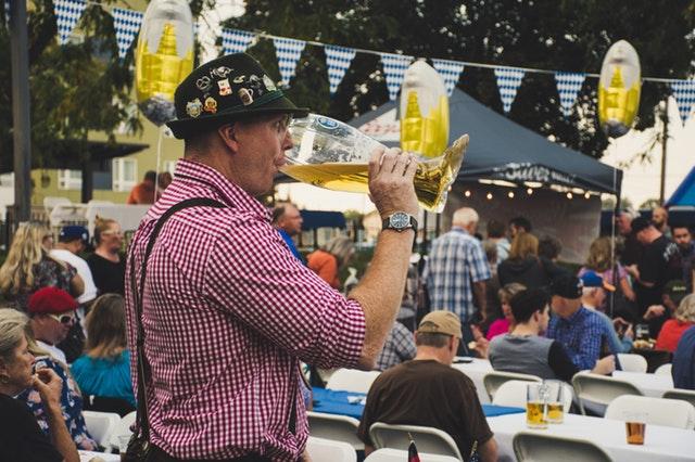 na Oktoberfestu se pije pivo rovnou z tupláků.jpg
