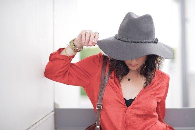 žena s kloboukem