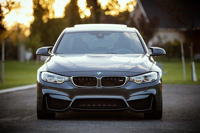 černé BMW na vozovce