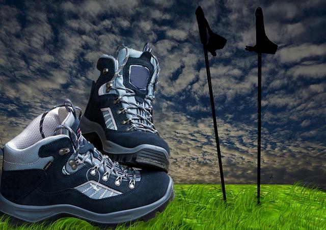 turistické boty a trekingové hůlky