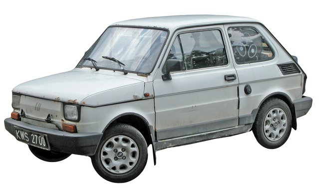 staré bílé auto, které by normálně šlo pryč z domu
