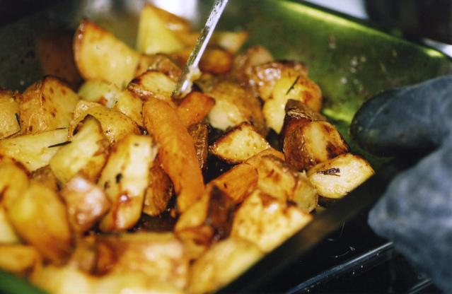 pečené americké brambory v misce