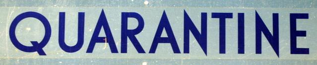karanténa napsaná na modrém pozadí modrým písmem