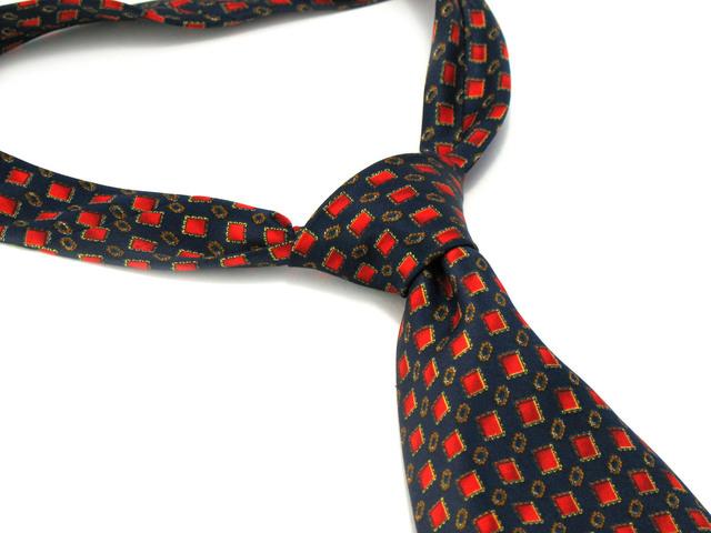barevná kravata na bílém pozadí