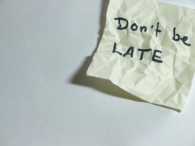 """papírek s upozorněním """"nepřijdi pozdě"""""""
