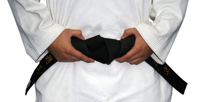 kimono s černým pásem často používané v japonských bojových uměních