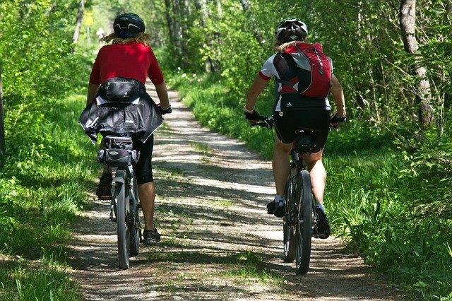 dva cyklisté