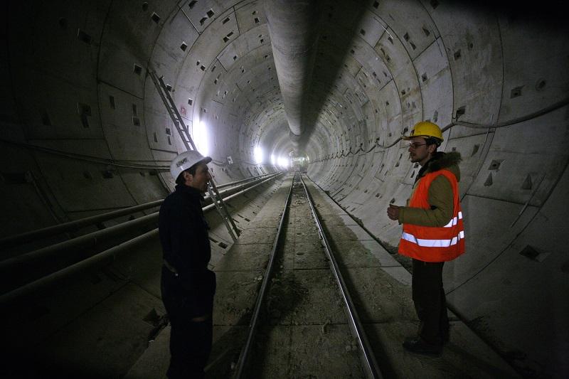 58937-delnici-v-tunelu