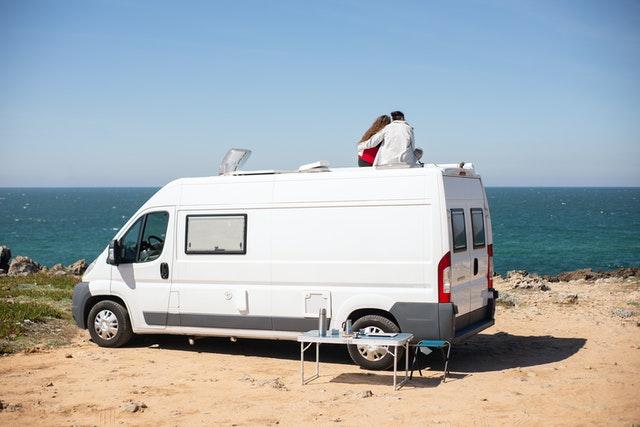 obytný vůz na pláži
