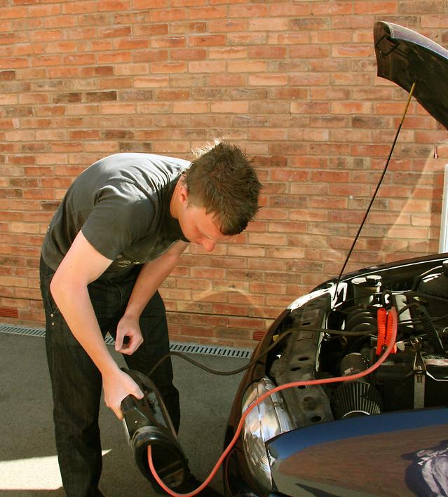 startování auta za pomoci kabelů